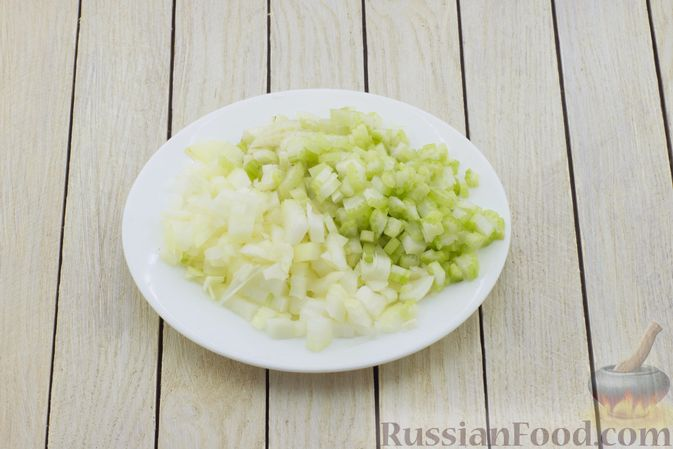 Фото приготовления рецепта: Постный борщ с сельдереем - шаг №3