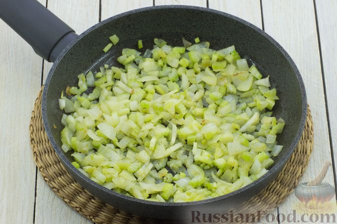 Фото приготовления рецепта: Постный борщ с сельдереем - шаг №4