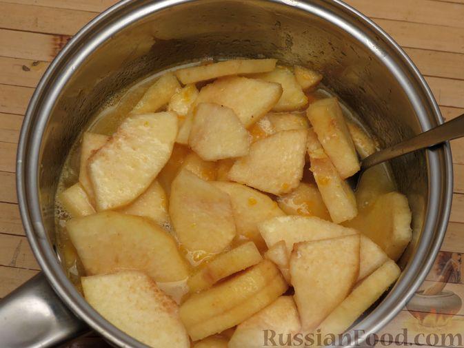 Фото приготовления рецепта: Ореховый пирог-перевёртыш с айвой - шаг №6