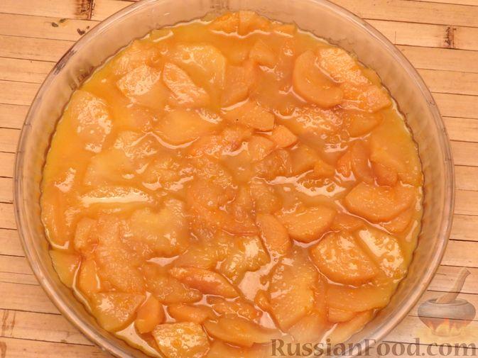 Фото приготовления рецепта: Ореховый пирог-перевёртыш с айвой - шаг №7