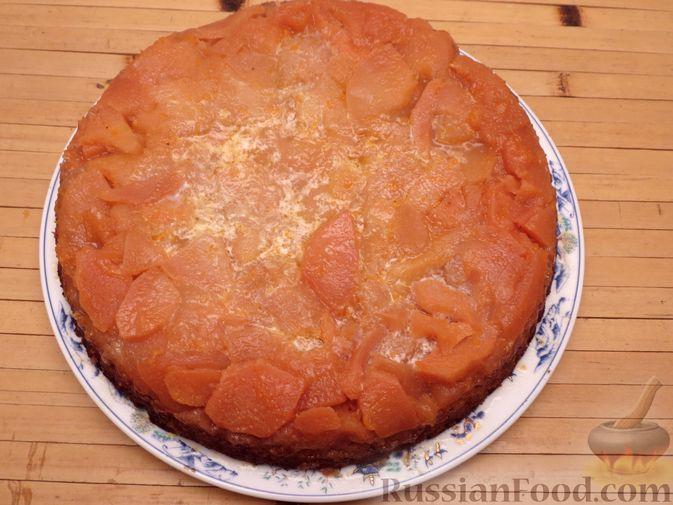 Фото приготовления рецепта: Ореховый пирог-перевёртыш с айвой - шаг №13