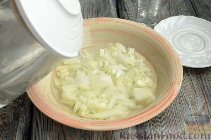 Фото приготовления рецепта: Салат с копчёной курицей, консервированной фасолью и маринованным луком - шаг №3