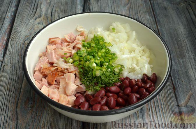 Фото приготовления рецепта: Салат с копчёной курицей, консервированной фасолью и маринованным луком - шаг №7