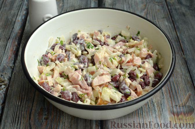 Фото приготовления рецепта: Салат с копчёной курицей, консервированной фасолью и маринованным луком - шаг №9