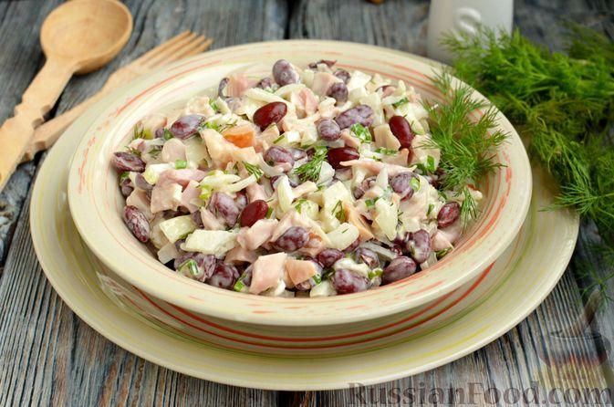 Фото приготовления рецепта: Салат с копчёной курицей, консервированной фасолью и маринованным луком - шаг №12