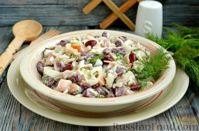 Фото приготовления рецепта: Салат с копчёной курицей, консервированной фасолью и маринованным луком - шаг №11