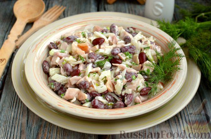Фото к рецепту: Салат с копчёной курицей, консервированной фасолью и маринованным луком