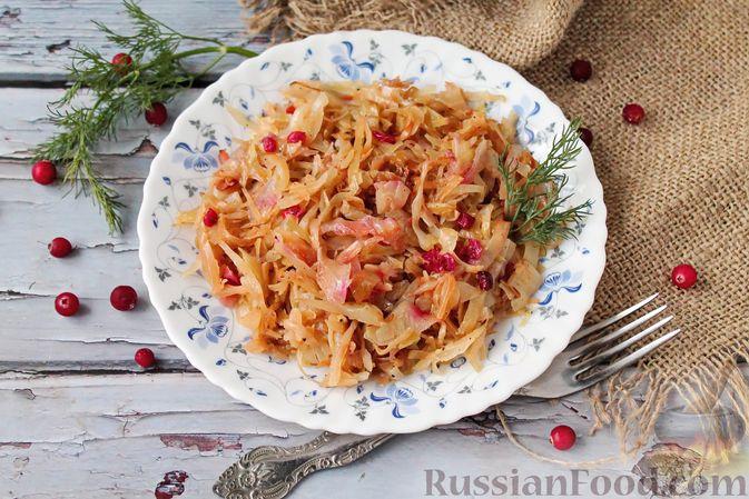 Фото к рецепту: Тушёная капуста с брусникой