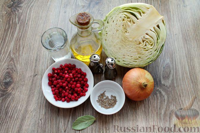 Фото приготовления рецепта: Тушёная капуста с брусникой - шаг №1