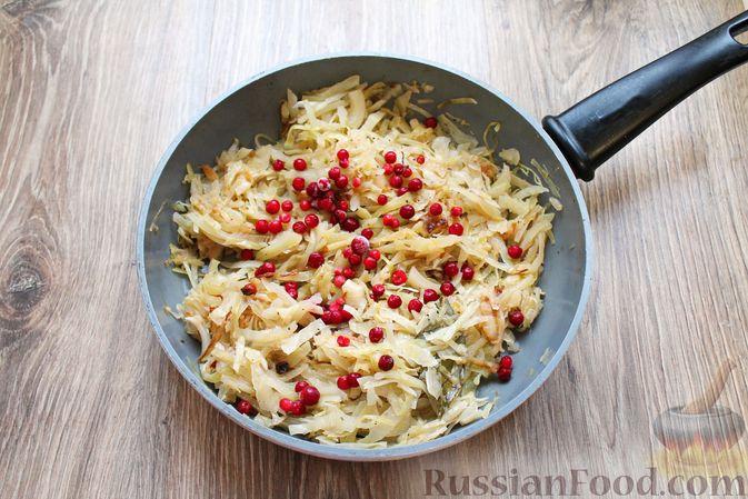 Фото приготовления рецепта: Тушёная капуста с брусникой - шаг №6