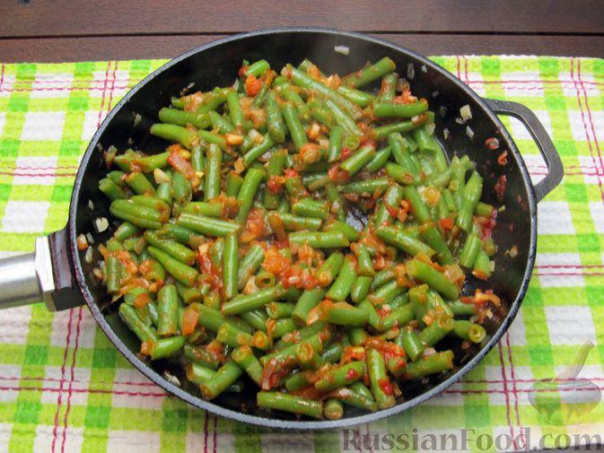 Фото приготовления рецепта: Стручковая фасоль, тушенная с консервированными помидорами - шаг №8