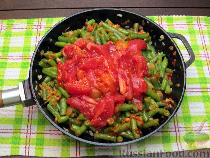 Фото приготовления рецепта: Стручковая фасоль, тушенная с консервированными помидорами - шаг №10