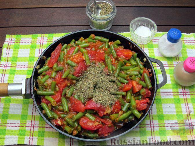 Фото приготовления рецепта: Стручковая фасоль, тушенная с консервированными помидорами - шаг №11