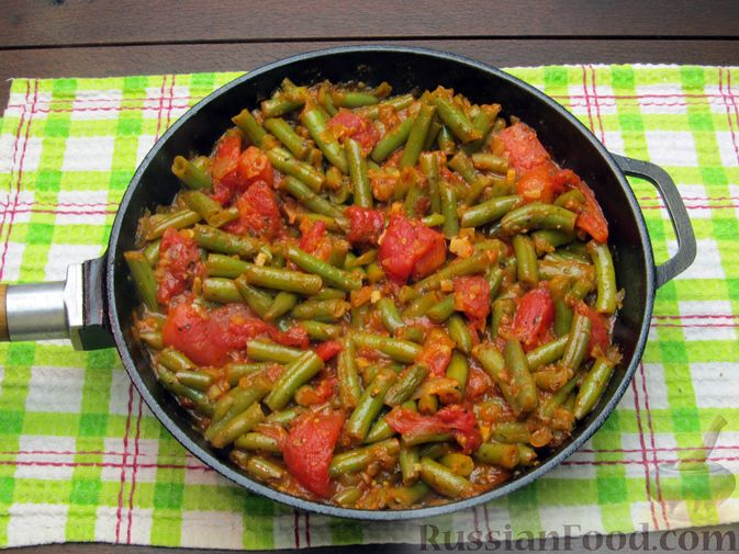 Фото приготовления рецепта: Стручковая фасоль, тушенная с консервированными помидорами - шаг №12