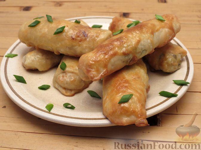 Фото к рецепту: Пирожки-трубочки из вытяжного теста, с мясной и яично-рисовой начинками