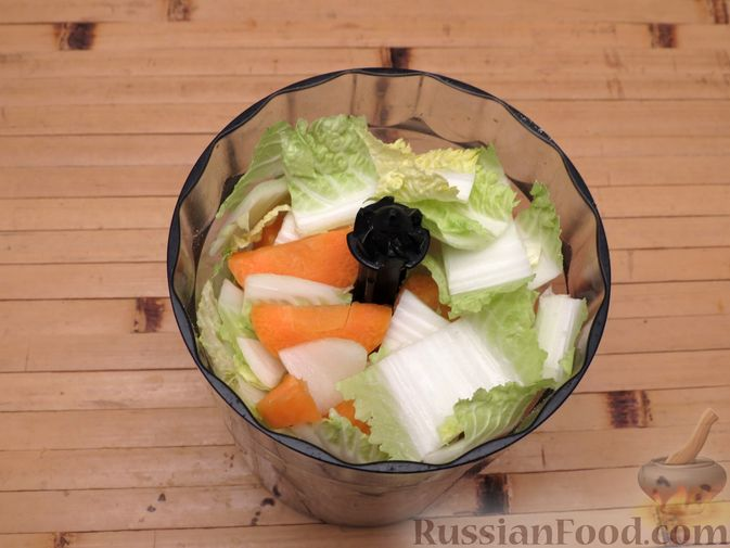 Фото приготовления рецепта: Котлеты из индейки с пекинской капустой и морковью - шаг №3