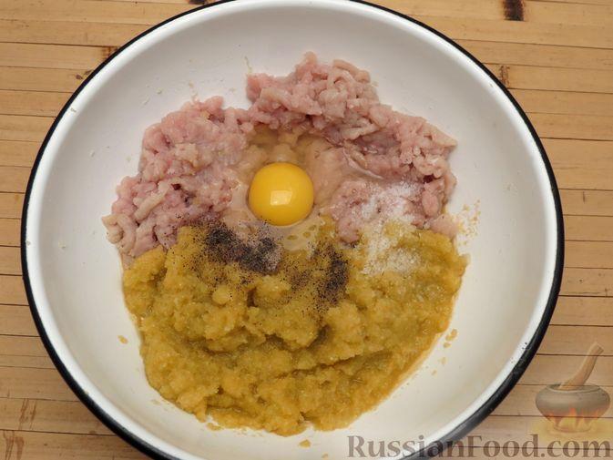 Фото приготовления рецепта: Котлеты из индейки с пекинской капустой и морковью - шаг №4