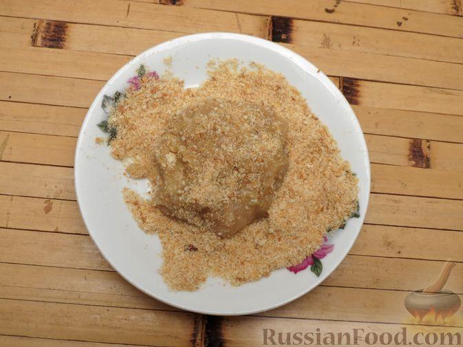 Фото приготовления рецепта: Котлеты из индейки с пекинской капустой и морковью - шаг №5