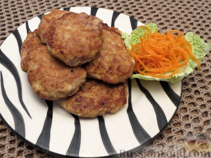 Фото приготовления рецепта: Котлеты из индейки с пекинской капустой и морковью - шаг №8