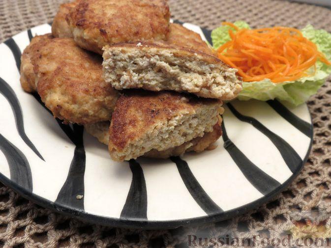 Фото приготовления рецепта: Котлеты из индейки с пекинской капустой и морковью - шаг №9