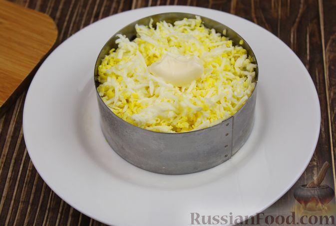 Фото приготовления рецепта: Слоёный салат с курицей, шампиньонами, курагой и сыром - шаг №10