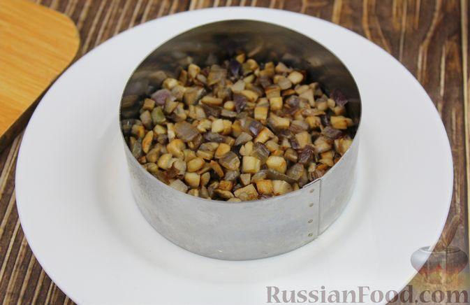 Фото приготовления рецепта: Слоёный салат с курицей, шампиньонами, курагой и сыром - шаг №8