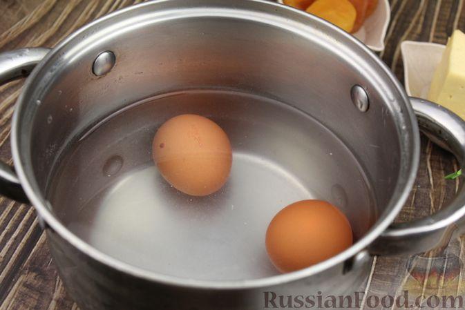 Фото приготовления рецепта: Слоёный салат с курицей, шампиньонами, курагой и сыром - шаг №3
