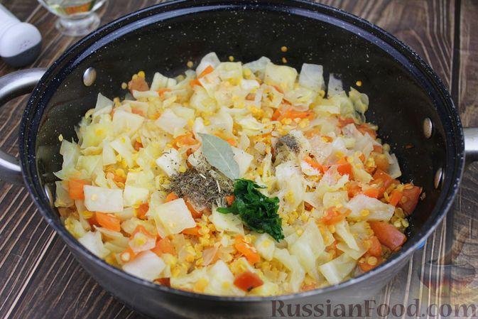 Фото приготовления рецепта: Капуста, тушенная с чечевицей (на сковороде) - шаг №8