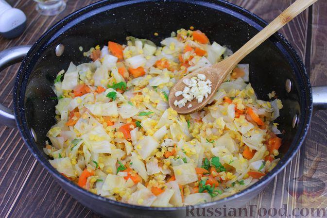 Фото приготовления рецепта: Капуста, тушенная с чечевицей (на сковороде) - шаг №9