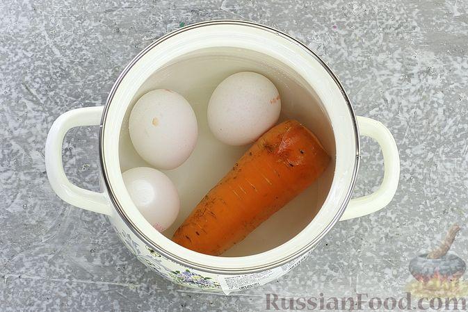 Фото приготовления рецепта: Слоёный салат с курицей, пекинской капустой, морковью, кукурузой и сыром - шаг №3