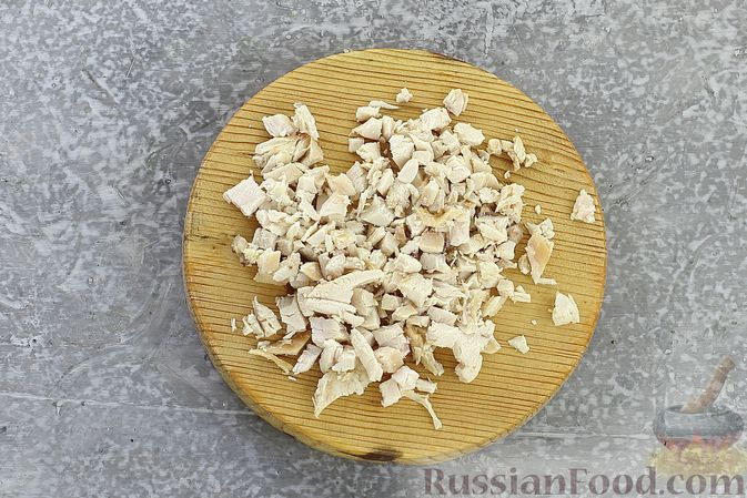 Фото приготовления рецепта: Слоёный салат с курицей, пекинской капустой, морковью, кукурузой и сыром - шаг №4