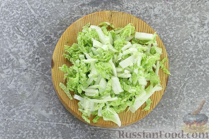 Фото приготовления рецепта: Слоёный салат с курицей, пекинской капустой, морковью, кукурузой и сыром - шаг №6
