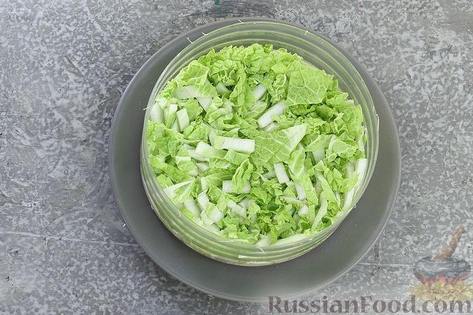 Фото приготовления рецепта: Слоёный салат с курицей, пекинской капустой, морковью, кукурузой и сыром - шаг №7