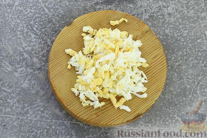 Фото приготовления рецепта: Слоёный салат с курицей, пекинской капустой, морковью, кукурузой и сыром - шаг №8