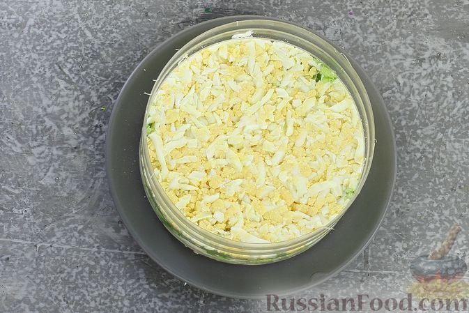Фото приготовления рецепта: Слоёный салат с курицей, пекинской капустой, морковью, кукурузой и сыром - шаг №9