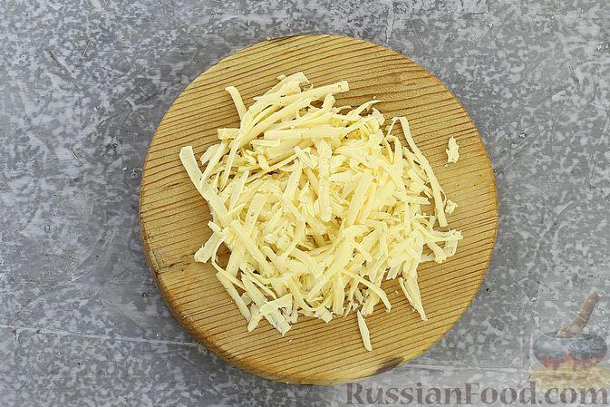 Фото приготовления рецепта: Слоёный салат с курицей, пекинской капустой, морковью, кукурузой и сыром - шаг №12