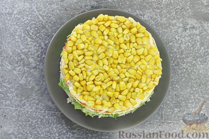 Фото приготовления рецепта: Слоёный салат с курицей, пекинской капустой, морковью, кукурузой и сыром - шаг №14