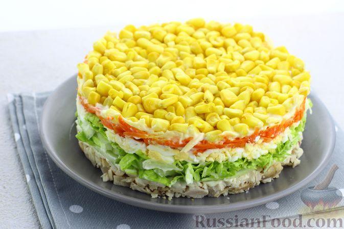 Фото приготовления рецепта: Слоёный салат с курицей, пекинской капустой, морковью, кукурузой и сыром - шаг №15