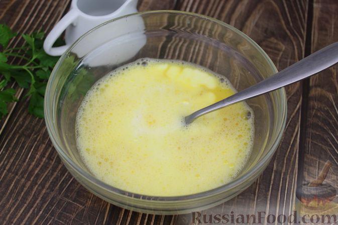 Фото приготовления рецепта: Омлет с рыбой - шаг №4