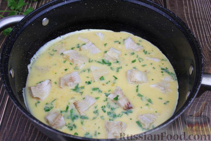 Фото приготовления рецепта: Омлет с рыбой - шаг №8