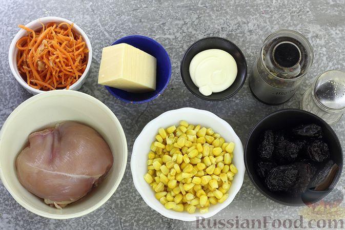Фото приготовления рецепта: Салат с курицей, черносливом, морковью по-корейски, кукурузой и сыром - шаг №1