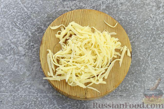 Фото приготовления рецепта: Салат с курицей, черносливом, морковью по-корейски, кукурузой и сыром - шаг №8