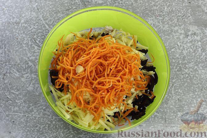 Фото приготовления рецепта: Салат с курицей, черносливом, морковью по-корейски, кукурузой и сыром - шаг №10