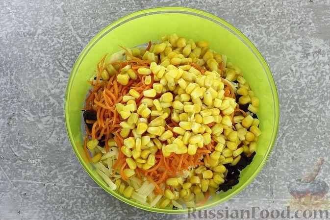 Фото приготовления рецепта: Салат с курицей, черносливом, морковью по-корейски, кукурузой и сыром - шаг №11