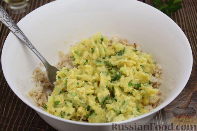 Фото приготовления рецепта: Рыбные котлеты с картофелем, сыром и зеленью - шаг №11