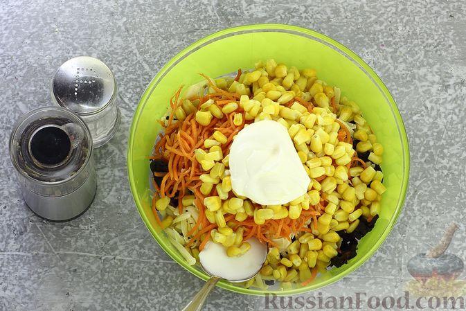 Фото приготовления рецепта: Салат с курицей, черносливом, морковью по-корейски, кукурузой и сыром - шаг №12