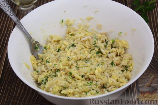 Фото приготовления рецепта: Рыбные котлеты с картофелем, сыром и зеленью - шаг №12