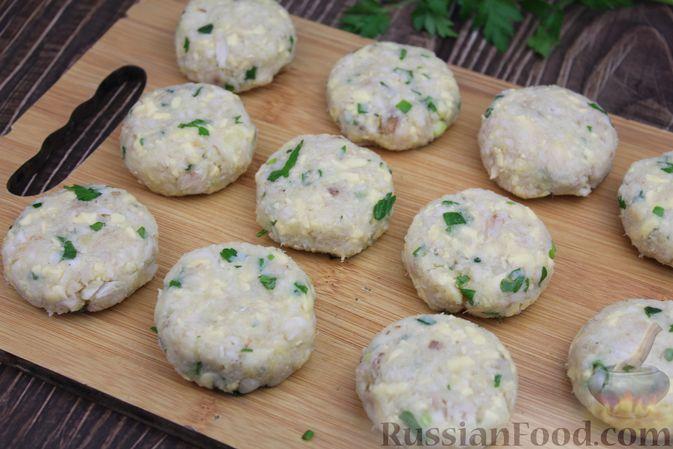 Фото приготовления рецепта: Рыбные котлеты с картофелем, сыром и зеленью - шаг №13