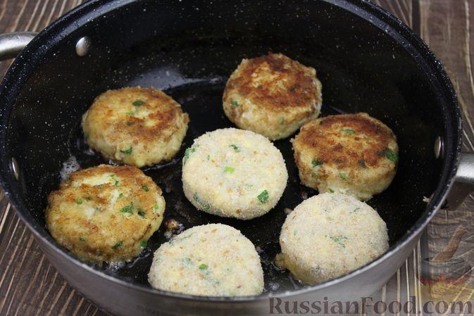 Фото приготовления рецепта: Рыбные котлеты с картофелем, сыром и зеленью - шаг №16
