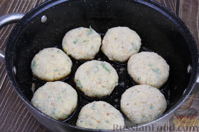 Фото приготовления рецепта: Рыбные котлеты с картофелем, сыром и зеленью - шаг №15
